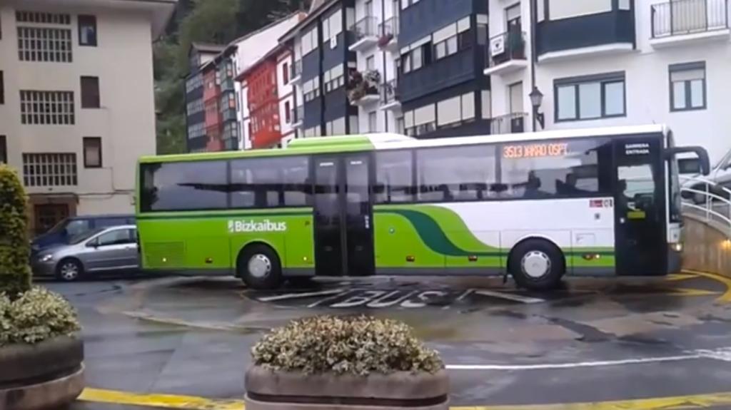 Bus hat einmalige Technik, um auf engstem Raum zu wenden