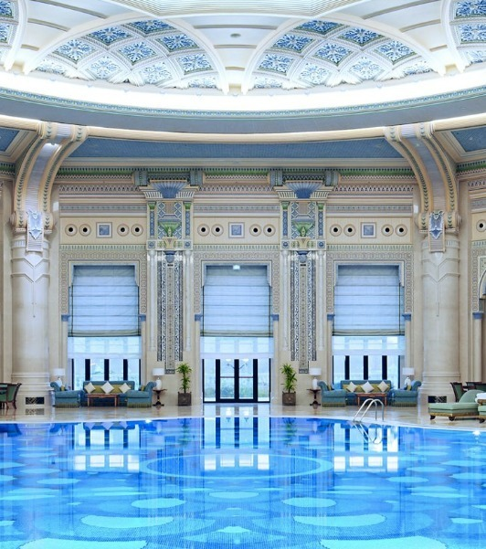 Während die Angeklagten auf ihre Anhörung warten, sind sie in diesem 5-Sterne Hotel untergebracht, welches als eines der majestätischten der Welt gilt