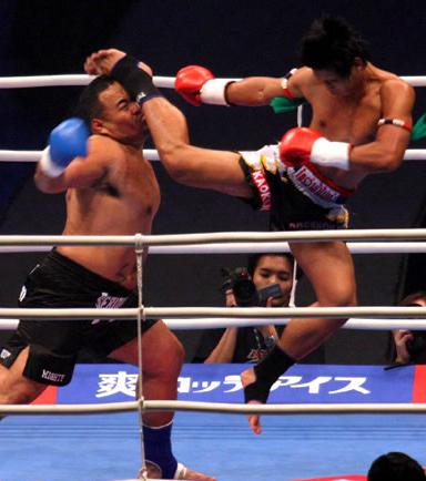 10. K-1 ist eine Ableitung vom Kickboxen, bei dem Knietritte erlaubt sind. Der Kampf findet in einem Ring statt, der dem Boxring ähnelt. Diese Kampfkunst wurde von Disziplinen wie Kung-Fu, Karate und Taekwondo inspiriert.