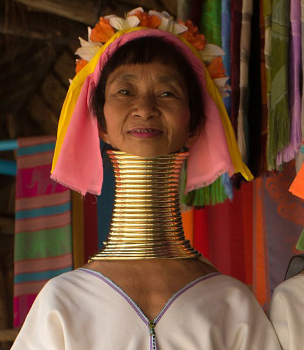 Die Padaung-Frauen in Myanmar bekommen ab dem 5. Lebensjahr Messingringe um den Hals gelegt, die ihre Schultern deformieren und ihren Hals verlängern. Jedes Jahr kommt ein neuer Ring hinzu.