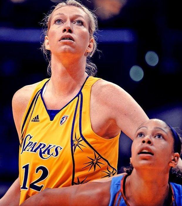 Malgorzata Dydek - War mit ihren 2,18m die größte Basketballspielerin der Welt. Sie ist 2011 leider an einem Herzinfarkt gestorben.