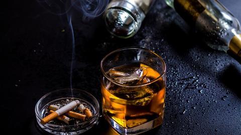 Junk Food ist schädlicher als Rauchen, ungeschützter Sex und Alkohol zusammen!