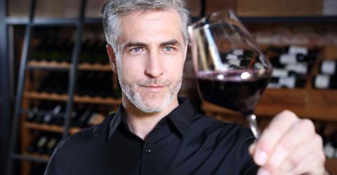 Wer Rotwein mit diesem Snack zu sich nimmt, bleibt länger jung!