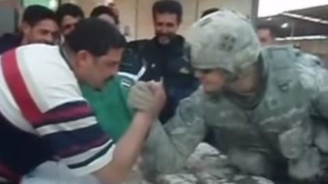Ein Iraker fordert einen US-Soldaten im Armdrücken heraus