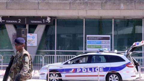 Verfolgungsjagd mit Polizei: Mann rast mit Auto auf Flughafengelände
