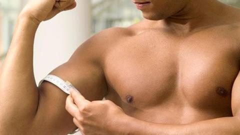 Wenn ihr die Handgelenke nach hinten abknickt, könnt ihr euren Bizeps effizient trainieren
