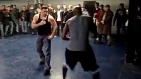 Bobby Gunn tritt in einem Faustkampf gegen den Bodyguard von Jay-Z an