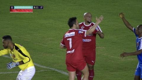 Roberto Carlos tritt so stark zu, dass nur der Videobeweis sein Tor bestätigen kann