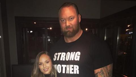"""Spott im Netz: """"Der Berg"""" aus Game of Thrones postet ein Foto mit seiner Freundin"""