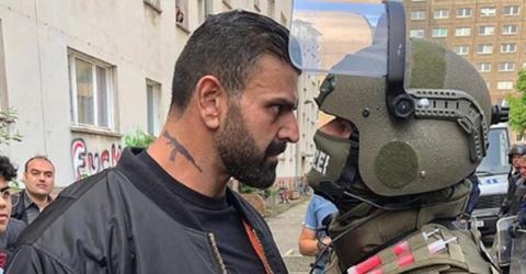 """""""Flüchtling"""" vs. """"Abschiebepolizist"""": Foto sorgt für heftige Reaktionen im Netz"""