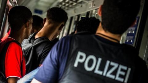 Polizei kontrolliert Flüchtlinge: Eine Sache fällt immer wieder auf!