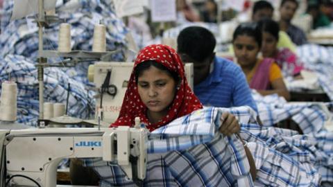 Billige Klamotten bei H&M: Eine Näherin beichtet, wie hoch der Preis dafür ist!