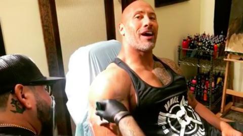 The Rock präsentiert sein neues Tattoo. Nichts für schwache Nerven!