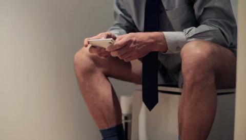 Männer verbringen 7 Stunden pro Jahr auf der Toilette: Aber nicht zum Pinkeln!
