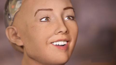 """Der erste menschenähnliche Roboter """"Sophia"""" sorgt mit einer Drohung für Unruhe"""