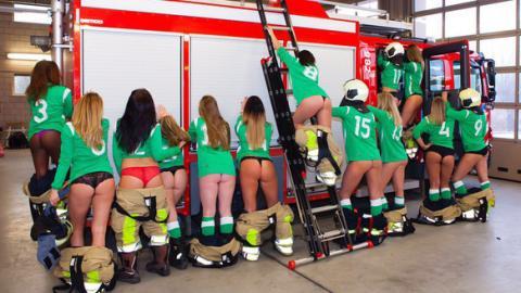 Diese Mädels spielen Fußball: Doch jetzt beglücken sie die Feuerwehr mit ihren Bällen!