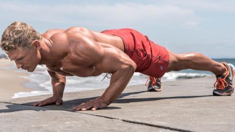 So trainiert ihr euch steinharte Brustmuskeln nur mithilfe eures Körpergewichts an