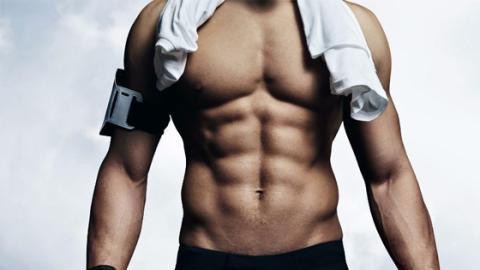 Der Weg zu den perfekten Bauchmuskeln: 100 Männer erklären, wie ihr es am besten macht!
