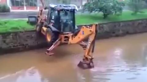Bagger überquert Fluss