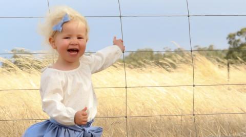 Ihr gefriert das Blut in den Adern, als sie das Bild ihrer Tochter näher betrachtet