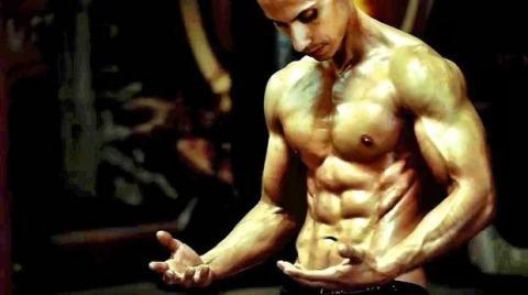 Frank Medrano: Übungen auf zwei Muskelbänken