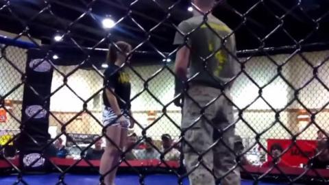 Kampf zwischen einem Soldaten und einer professionellen Kampfsportlerin