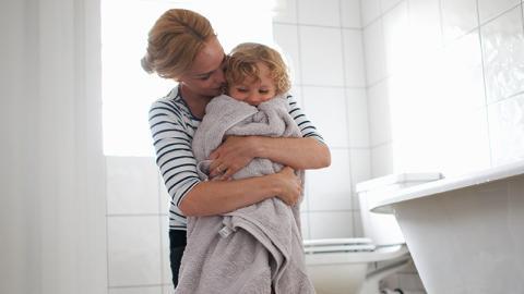 Mutter hebt ihr Kind von der Toilette: Dann macht sie eine gruselige Entdeckung!