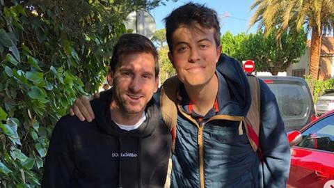 Er macht ein Foto mit Messi, aber ein Detail zieht die Aufmerksamkeit der Internetuser auf sich