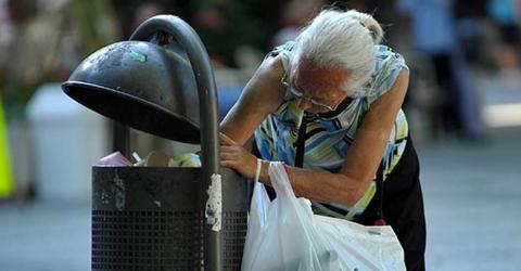 Oma sammelt Flaschen, um sich die Rente aufzubessern. Jetzt ist sie vorbestraft!