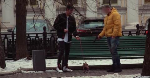 Was der Mann mit der Pistole und dem kleinen Hund vorhat, ist entsetzlich!