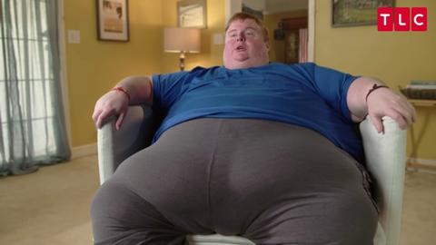 Er wiegt 315 Kilo und zockt die ganze Zeit entblößt Videospiele
