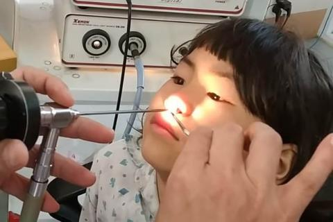 7-Jährige hat Nasenschmerzen. Der Arzt macht widerliche Entdeckung!