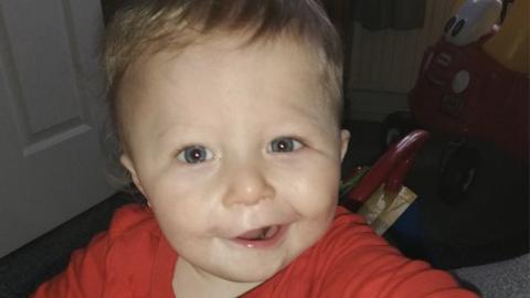 Am Foto hat ihr Kind einen Schlaganfall, die Ärzte enthüllen Mutter jedoch etwas total Sonderbares
