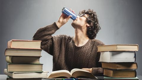 Lehrer trinkt zu viele Energy-Drinks: So heftig sieht heute sein Mund aus!