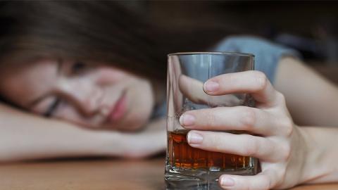 Ihre Eltern denken, sie ist betrunken. Doch die Wahrheit ist viel schlimmer