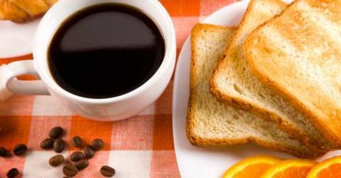 Seitdem er diese 3 Fehler beim Frühstück vermeidet, purzeln die Pfunde!