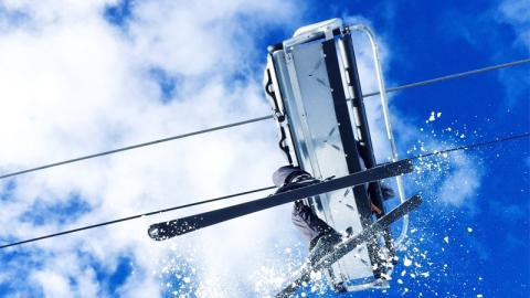 Drama am Skilift: Junge baumelt an der Hand seines Vaters. Dann haben Jugendliche verrückte Idee