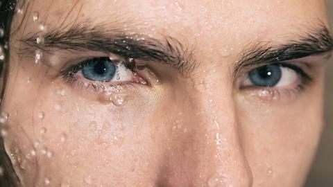 Junger Mann duscht mit Kontaktlinsen: Die Folgen sind drastisch