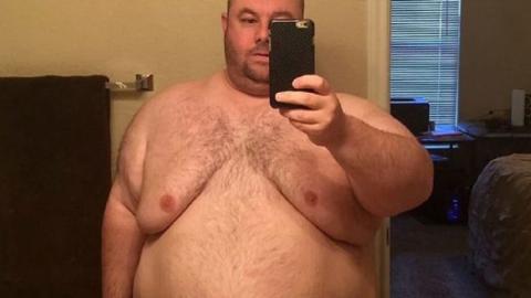 Unbefriedigt verlässt ihn seine Frau wegen seines Gewichts. Danach verwandelt er sich komplett