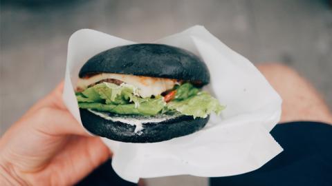 Was wirklich mit deinem Körper passiert, wenn du schwarze Lebensmittel isst!