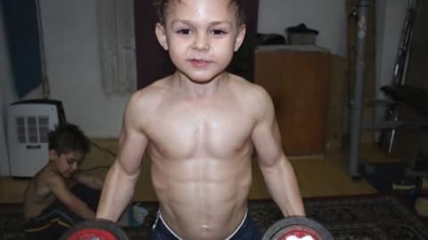 Stärkstes Kind der Welt: Brutales Workout hat gesundheitliche Folgen!