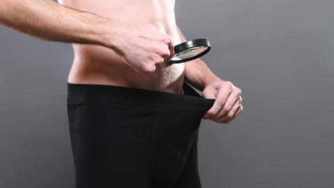 Stolz auf deine dicken Hoden? Du solltest lieber sofort zum Arzt!