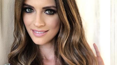 Ehemaliges Model zeigt offen ihre Hautkrankheit ohne Make-up-Schicht