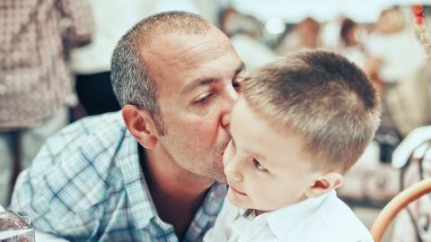 Verwandter küsst 3-Jährigen auf die Wange, dann bekommt das Kind Hautausschlag mit schlimmen Folgen