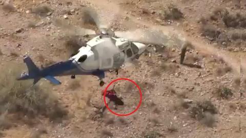 Die Rettung mittels Hubschraubers wird zum Albtraum: Die Trage dreht sich mit voller Geschwindigkeit