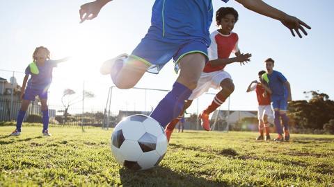 Diese Jugendlichen werden beim Fußballtraining heftig überrascht: Was sie sehen, schockiert sie zutiefst