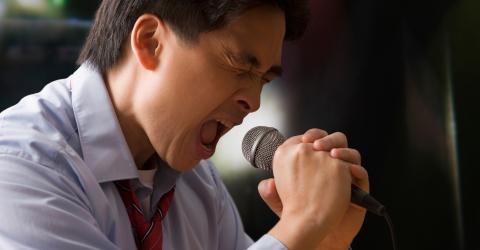 Mann singt beim Karaoke zu laut - mit schrecklichen Folgen für seine Lunge