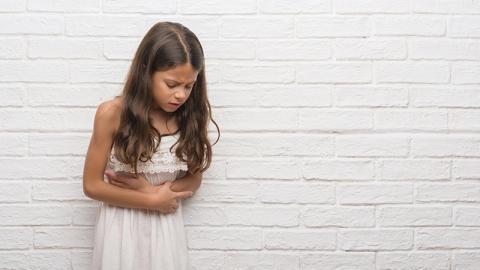Trendgetränk wird für ein Mädchen gefährlich: Über 100 dieser Teile verklemmen ihren Magen!