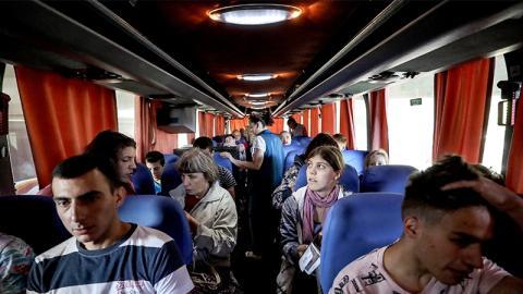 Im Bus sitzend erschreckt er sich, als er dieses Ekelteil in ihren Haaren entdeckt! (Video)