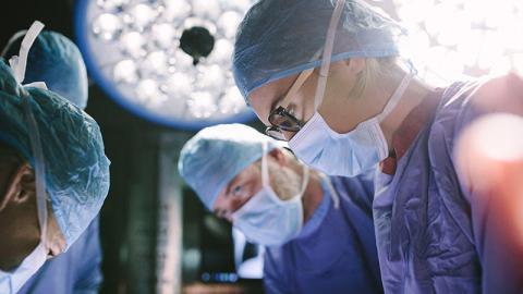Mann will Schönheits-OP, doch Ärzte verwechseln die Körperstelle